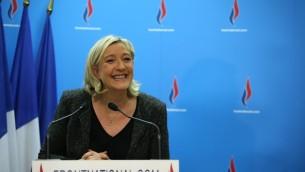 La présidente du parti d'extrême droite Front National, Marine Le Pen, lors d'une conférence de presse, le 23 mars 2014. (Crédit : AFP/Kenzo Tribouillard)