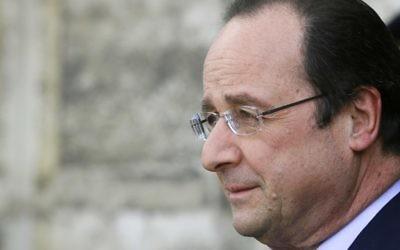 Le président français François Hollande attend le Premier ministre chinois, le 26 mars 2014 (Crédit : Patrick Kovarik/POOL/AFP Photo)
