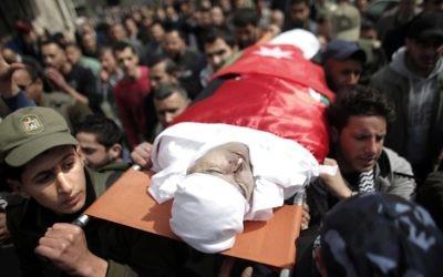 Des Palestiniens portent le corps de Raed Zeiter, 38 ans, lors de ses funérailles dans la ville de Naplouse, en Cisjordanie, le 11 mars 2014  (Crédit : AFP PHOTO / AHMAD GHARABLI)