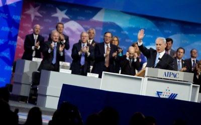 Le Premier ministre Benjamin Netanyahu salue la foule après son discours à l'AIPAC à Washington, le 4 mars 2014 (Crédit : Nicholas Kahm/AFP)