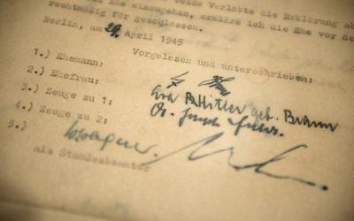 Les signatures d'Adolf Hitler (première en partant du haut) et d'Eva Braun (deuxième en partant du haut) ainsi que celles de leur témoins Joseph Goebbels (deuxième en partant du bas), ministre nazi de la propagande, et Martin Bormann, secrétaire particulier de Hitler et haut dignitaire nazi, sur leur contrat de mariage (Crédit : AFP PHOTO/Brendan SMIALOWSKI)