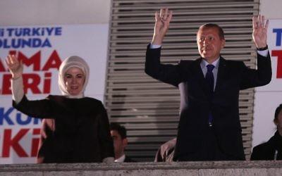 Le Premier ministre turc Recep Tayyip Erdogan  et sa femme Emine Erdogan saluent les foules, le 31 mars 2014 (Crédit : Adem Altan/AFP Photo)
