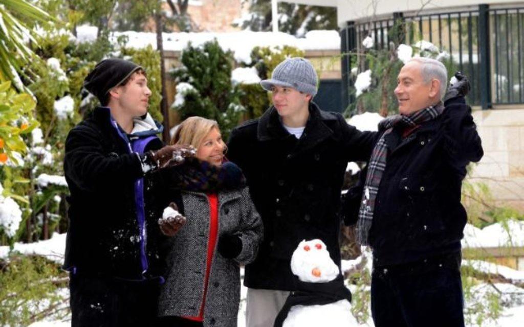 Benjamin Netanyahu et sa famille sous la neige (Crédit : Bureau de Presse du Gouvernement)