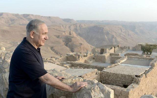 """Le Premier ministre Bejamin Netanyahu visite Massada avec le producteur Peter Greenberg, lors de leur """"Visite Royale"""" d'Israël. (Crédit : Kobi Gideon/Bureau de presse du gouvernement)"""