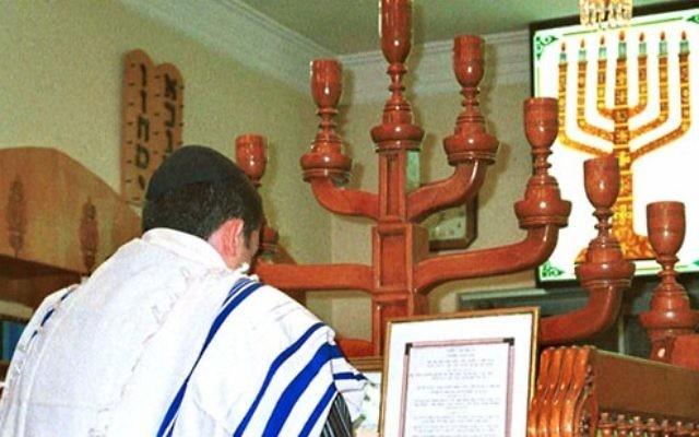 Un Juif iranien prie à la synagogue de Shiraz, Iran (Crédit : domaine publique)
