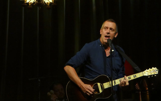 Hugh Laurie en concert au El Rey Theatre à Los Angeles, Californie, le 24 mai 2012 (Crédit : CC BY Fido/Flickr)