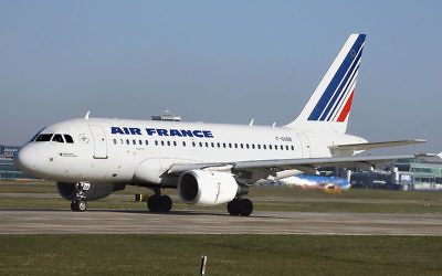Un avion de la compagnie Air France, en mars 2009. (Crédit : Adrian Pingstone/domaine public/Wikimedia Commons)