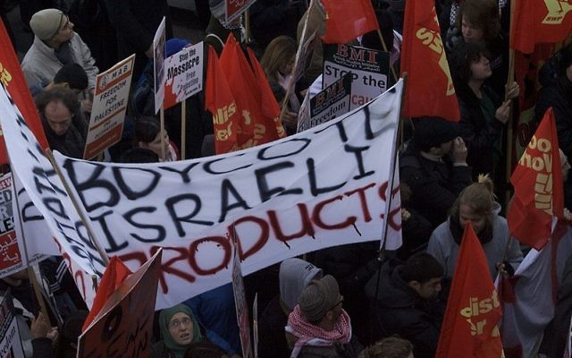 Des manifestants appellent au boycott à Londres en Grande-Bretagne, janvier 2009 (Crédit : CC BY claudia gabriela marques vieira/Wikimedia Commons)
