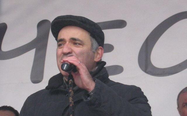 """Garry Kasparov au rassemblement """"Pour des élections justes"""" à Saint-Pétersbourg, 25 Février 2012 (Credit : CC BY Anna Plotnikova/Wikimedia Commons)"""
