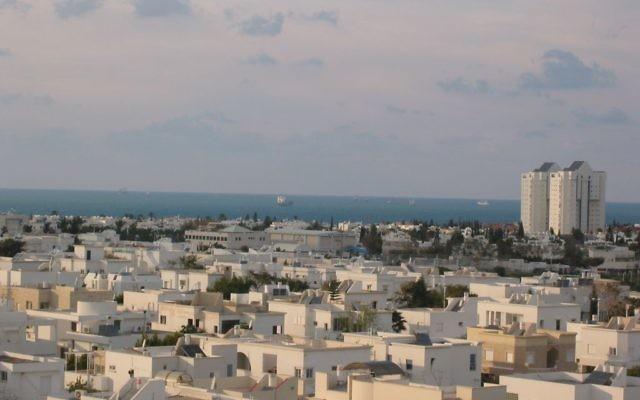 Vue sur les toits de Ashdod (Crédit : Kberlin/domaine public/Wikimedia Commons)