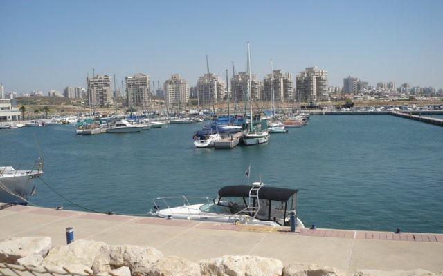 Le port d'Ashdod (Crédit : Avraham Krichevsky/domaine publique/Wikimedia Commons)