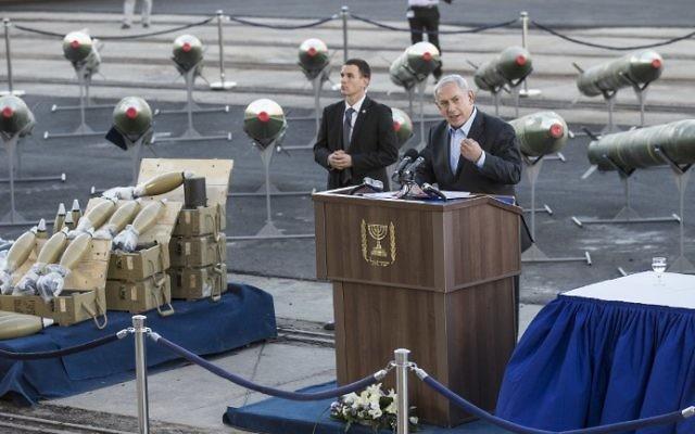 Benjamin Netanyahu à la conférence de presse à Eilat, pour montrer les armes trouvées à bord du Kols-C (Crédit : Jack Guez/AFP)