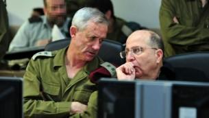 Benny Gantz, chef d'état-major de l'armée israélienne et Moshe Yaalon, ministre de la Défense (Crédit : autorisation du ministère de la Défense)