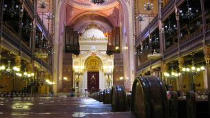 Intérieur de la synagogue de Budapest (Crédit : Damien Leblois/domaine publique/Wikimedia Commons)