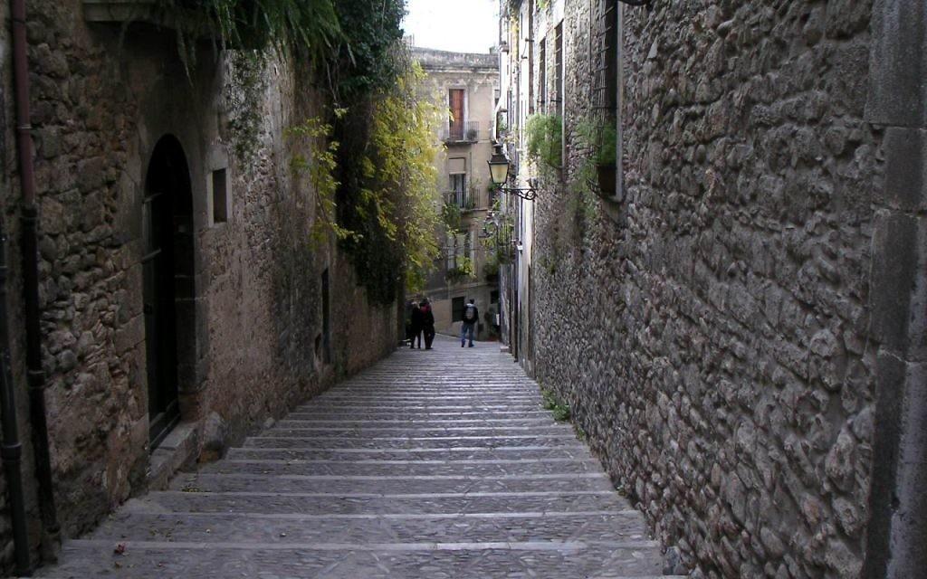 Les rues étroites de l'ancien quartier juif de Gironne, el Call, 2003, (Crédit : Aylaross/domaine publique/Wikimedia Commons)