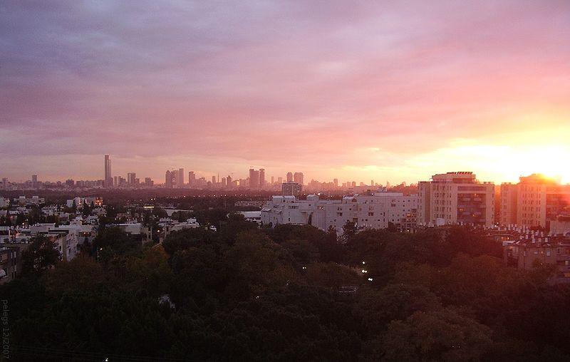 Coucher de soleil sur Tel Aviv (Crédit : Peleg Sapir/CC BY SA 3.0/Wikimedia commons)