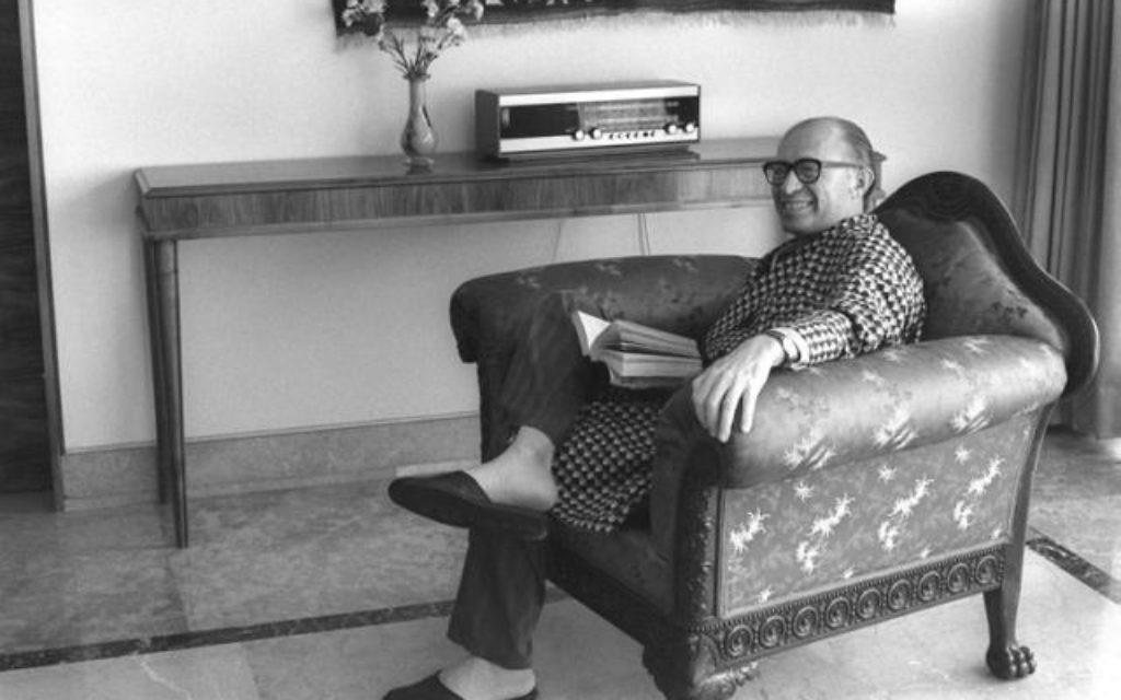 Menachem Begin chez lui (Crédit : Bureau de Presse du Gouvernement)