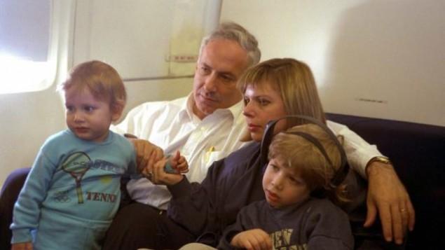 Un jeune Benjamin Netanyahu passe du temps en famille (Crédit : Bureau de Presse du Gouvernement)