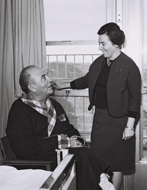 Levy Eshkol (assis) et sa femme Miriam, à l'hôpital Hadassah à Jerusalem (Crédit : Bureau de Presse du Gouvernement)