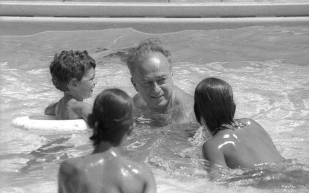 Yitzhak Rabin joue avec ses petits-enfants (Crédit : Bureau de Presse du Gouvernement)