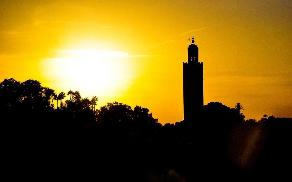 Une vue des cimes de Marrakech et de la célèbre mosquée Koutoubia au levé du soleil (Crédit : Michal Schmulovich/Times of Israel)