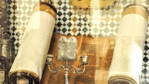 Des rouleaux de la Torah entreposés au musée de Marrakech (Crédit : Michal Schmulovich/Times of Israel)