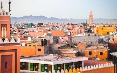 Une vue sur la vieille ville de Marrakech avec l'Atlas en arrière-plan (Crédit : Michal Schmulovich/Times of Israel)