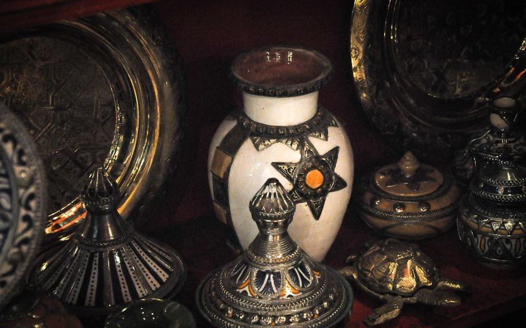 Des tajines entreposées dans une vitrine d'un magasin d'argent et de bijoux, dans la vielle ville de Fès  (Crédit : Michal Schmulovich/Times of Israel)