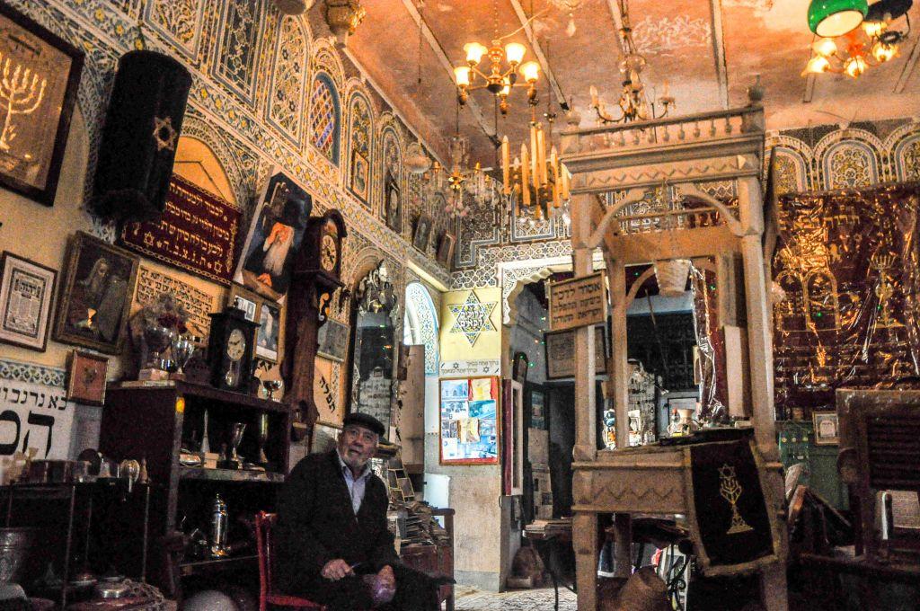 Edmond Milmoun Gabay au musée des artefacts juifs de la synagogue Habarim de Fès (Crédit : Michal Schmulovich/Times of Israel)