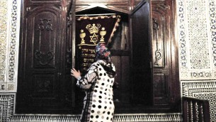 La synagogue Ibn Danan est ouverte au public mais n'est pas souvent utilisée. Une famille musulmane habite sous le sanctuaire et amène les visiteurs sur les lieux moyennant une petite somme (Crédit : Michal Schmulovich/Times of Israel)