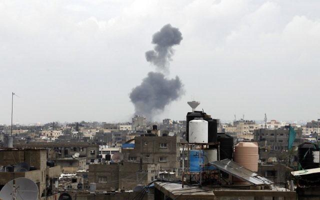 De la fumée après une riposte israélienne dans la ville de Rafah (Crédit : Said Khatib/AFP)