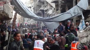 Des Palestiniens évacués du camp de réfugiées de Yarmouk à Damas, Syrie 2 février 2014 (Crédit : UNWRA/AFP)