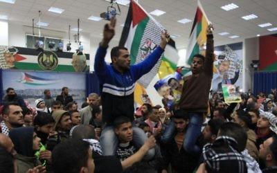 Des Palestiniens célébrant la troisième libération de prisonniers de décembre 2013 (Crédit : Issam Rinawi/Flash 90)