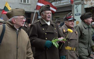 Des anciens combattants lettons des Waffen SS défilent à Riga (Crédit : AFP/Ilmars Znotins)