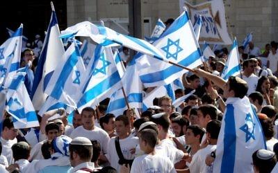Des dizaines d'Israéliens portant des drapeaux de l'Etat hébreu pour célébrer le jour de Jérusalem (Crédit : Nati Shohat/Flash 90)