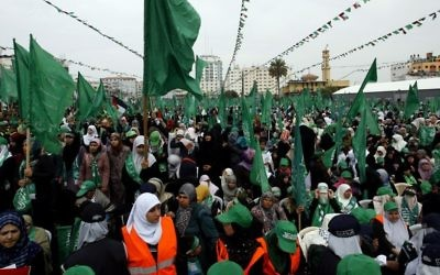 Des dizaines de supporters du Hamas lors d'un rassemblement à la mémoire du dixième anniversaire de la mort du cheikh Ahmed Yassine par un raid israélien à Gaza (Crédit : Abed Rahim/Flash 90)