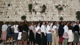 Des jeunes filles au mur des Lamentations pendant leur séjour à Taglit (Crédit : Melanie Fidler/Flash 90)