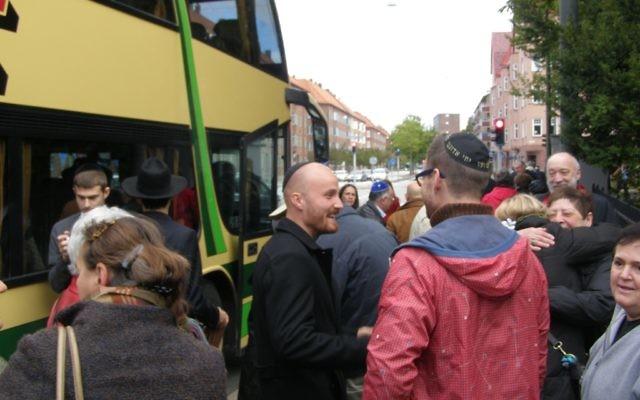 Des Juifs danois arrivent à Malmo, en signe de solidarité à la communauté juive de la ville (Crédit : Cnaan Liphshiz/JTA)