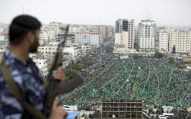 Des manifestants pro-Hamas célèbrent le dixième anniversaire de la mort du Cheikh Ahmed Yassin à Gaza (Crédit : Mahmoud Hams/AFP)