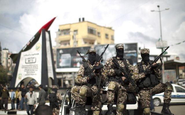 Des membres de la branche armée du Hamas, les Brigades Ezzedine al-Qassam, devant le monument du M-75 inauguré le 10 mars 2014 (Crédit : Mahmud Hams/AFP)