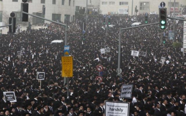 Des milliers de manifestants ultra-orthodoxes à Jérusalem le 2 mars 2014 (Crédit : Yonathan Sindel)
