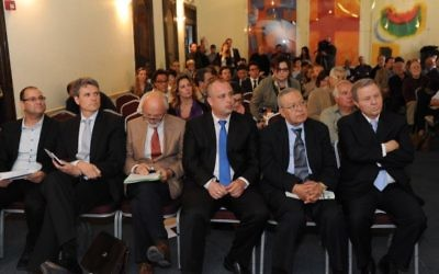 Des politiciens israéliens et palestiniens au lancement du Forum à Jérusalem - 24 mars 2014 (Crédit : autorisation AJEEC-NISPED)