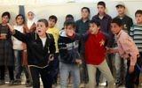 Des enfants réfugiés syriens jouent la pièce de théâtre de Shakespeare dans un camp jordanien (Crédit : AFP/Khalil Mazraawi)