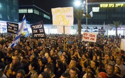 Des résidents de Beit Shemesh manifestent devant la mairie après les élections de novembre (Crédit : Yonathan Sindel/Flash 90)