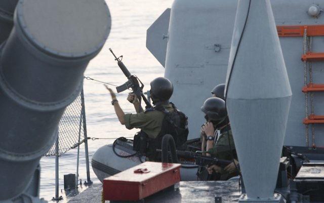 Des soldats israéliens à bord d'un navire (Crédit : Moti Milrod/Pool/Flash 90)