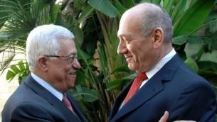 Ehud Olmert et Mahmoud Abbas (Crédit : Moshe Milner/GPO/Flash 90)