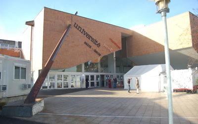 Entrée de l'Université Paris VIII (Crédit : Wikimedia commons)