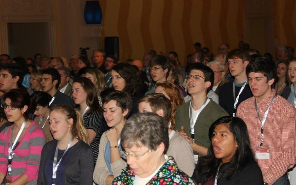 """De jeunes évangélistes prient à la conférence """"Le Christ au Checkpoint"""", le 12 mars 2014 (Crédit : Autorisation du Bethlehem Bible College)"""