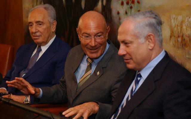 Benjamin Netanyahu, Shimon Peres et le producteur Arnon Milchan lors d'une conférence de presse, en 2005 (Crédit photo: Flash90)