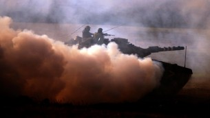Une image illustrant des soldats s'entraînant au plateau du Golan (Crédit : Abir Sultan/Flash90)